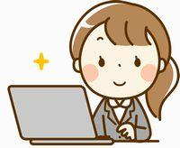 パソコンしている講師の女性